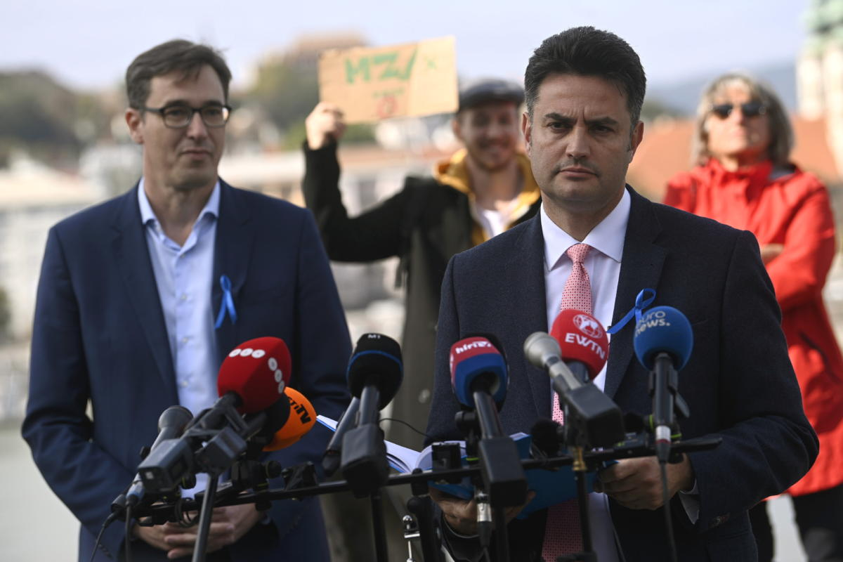 Márki-Zay Péter, Hódmezővásárhely polgármestere, a Mindenki Magyarországa Mozgalom alapító elnöke (j) és Karácsony Gergely főpolgármester sajtótájékoztatót tart az Országház előtt 2021. október 8-án.