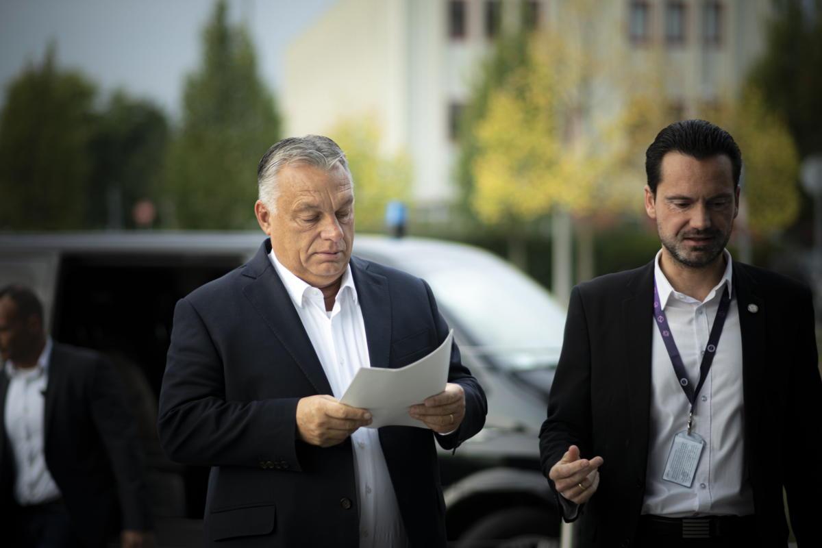 Orbán Viktor miniszterelnök (b) érkezik 2021. október 8-án a Kossuth Rádió stúdiójába, ahol interjút adott a Jó reggelt, Magyarország! című műsorban. Mellette Havasi Bertalan, a Miniszterelnöki Sajtóiroda vezetője.
