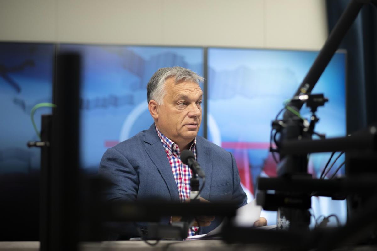 Orbán Viktor miniszterelnök, mielőtt interjút ad a Jó reggelt, Magyarország! című műsorban a Kossuth Rádió stúdiójában 2021. október 1-jén.