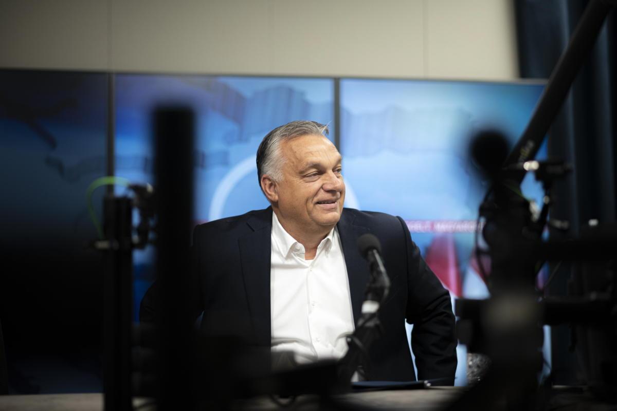 A Miniszterelnöki Sajtóiroda által közreadott képen Orbán Viktor miniszterelnök a Jó reggelt, Magyarország! című műsorban adott interjúja előtt a Kossuth Rádió stúdiójában 2021. október 8-án.