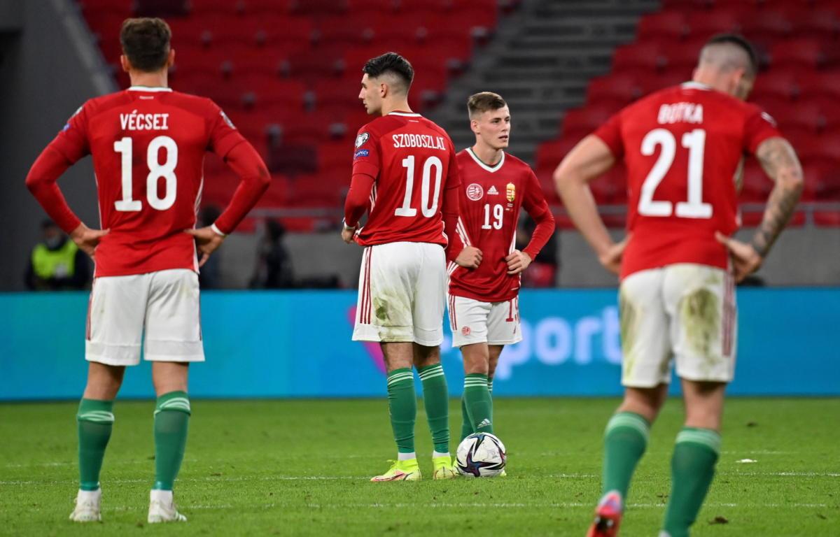 Vécsei Bálint, Szoboszlai Dominik, Schön Szabolcs és Botka Endre, a magyar válogatott játékosai, miután Armando Broja, az albán csapat játékosa gólt szerzett a Puskás Arénában játszott világbajnoki selejtező mérkőzésen 2021. október 9-én.